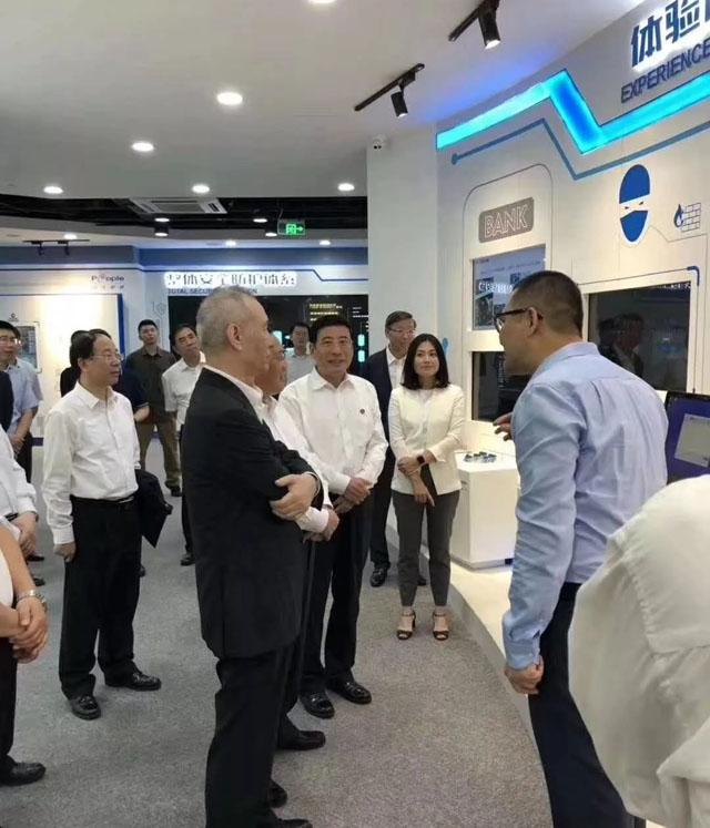 副总理刘鹤及上海市委书记李强视察众人企业馆