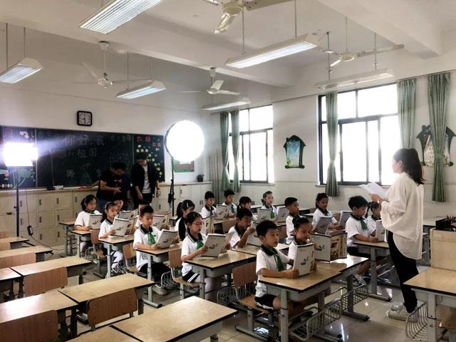 顶辉联手美兰湖小学打造《我和我的祖国》