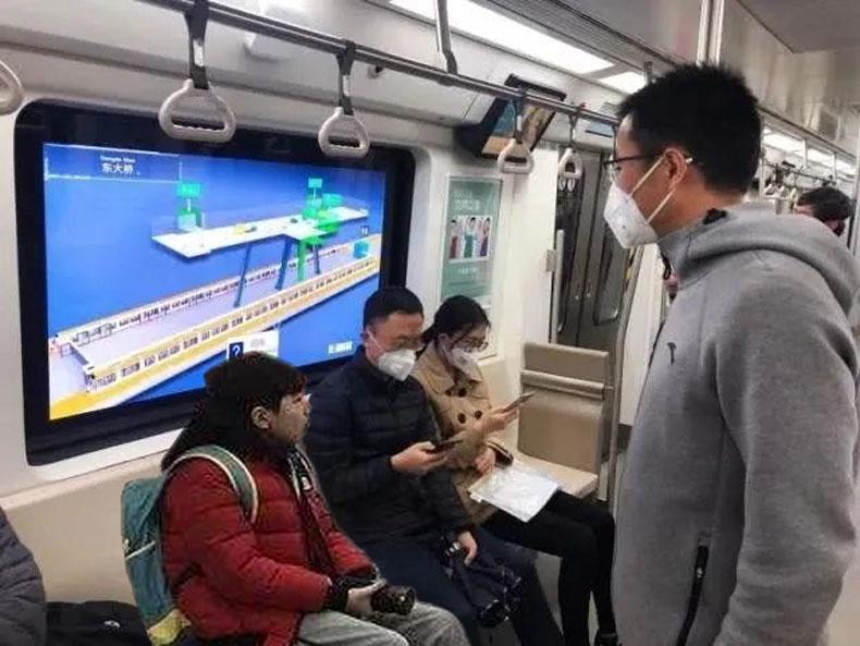 """北京地铁6号线OLED数字标牌""""魔窗"""""""